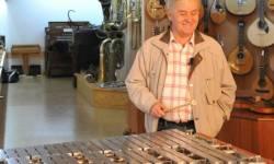 Expozice hudebních nástrojů v Horském hotelu Skiland